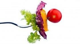 14181552-ensalada-y-verduras-en-una-dieta-saludable-con-tenedor-la-comida-organica